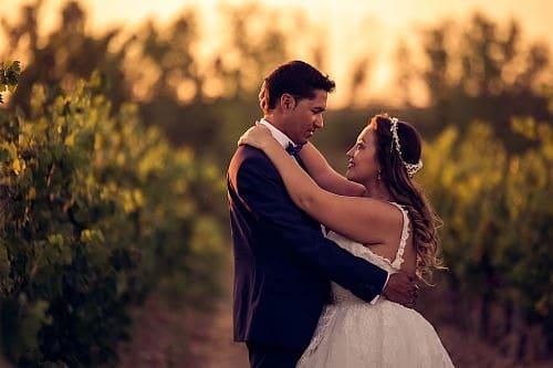 Foto de novios enamorados en boda