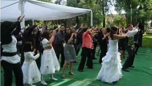 Invitados bailando en la fiesta de boda