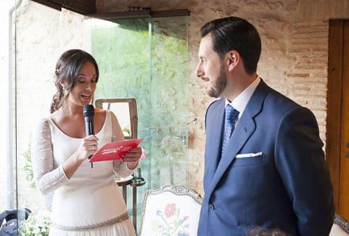 Novia recitando su discurso en boda civil