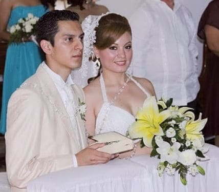 Novios con biblia y rosario en su boda
