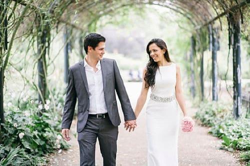 Novios llegando juntos a su boda civil