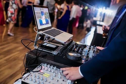 Pinchando música en una boda