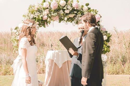 Leyendo poema de amor para boda civil