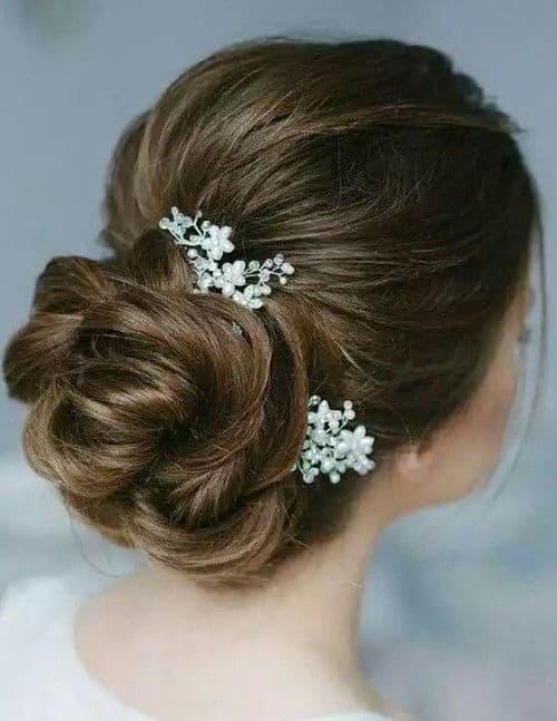 Recogido bajo clásico con pelo rizado para novia