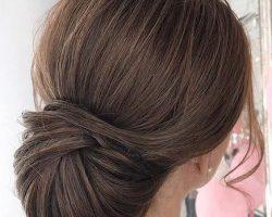 Recogido bajo clásico pelo castaño liso