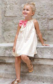 Vestido beige con lazo rosa