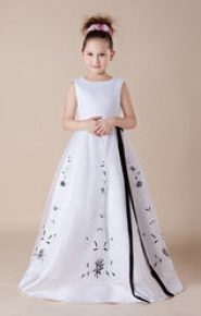 Vestido de dama de honor blanco con aplicaciones azul