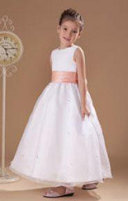 Vestido de dama de honor blanco con cinturón rosa palo