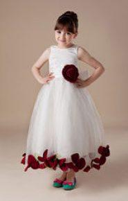 Vestido de dama de honor blanco con flores granates