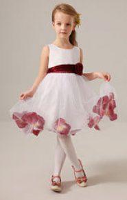 Vestido de dama de honor con tul decorado con flores granates