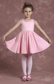 Vestido de dama de honor rosa con falda vuelo