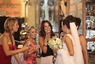Brindando con los amigos en boda