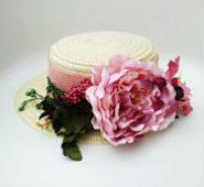 Canotier con flor rosa
