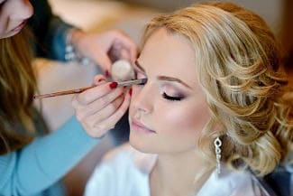 Maquillando a una novia el día de la boda