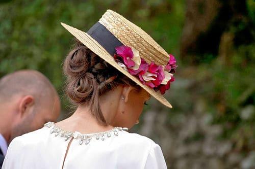 Pelo recogido con sombrero canotier