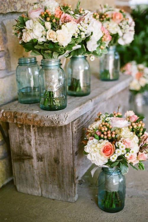 Flores de estilo vintage sobre mesa de madera antigua