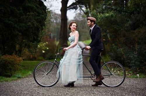 Novios vintage en bici