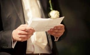 Leyendo un discurso en una boda