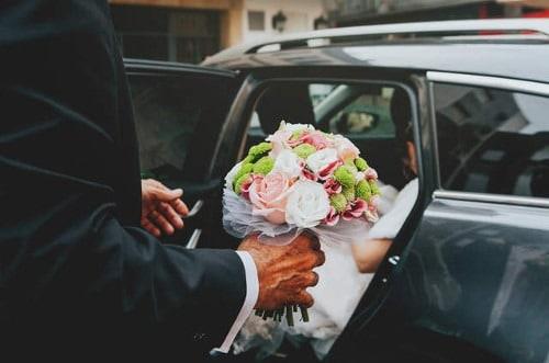 Padrino de boda en el coche