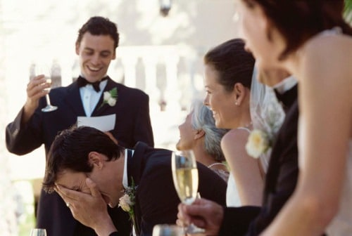 Padrino de boda leyendo su discurso