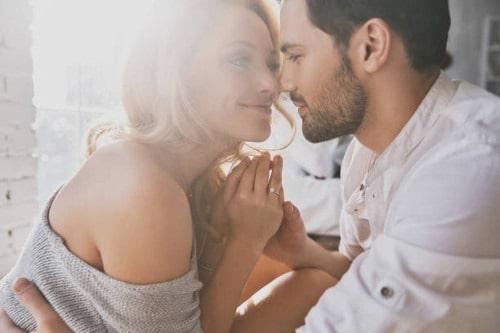 Pareja de enamorados conociéndose
