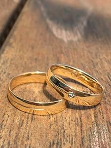 anillos sobre madera