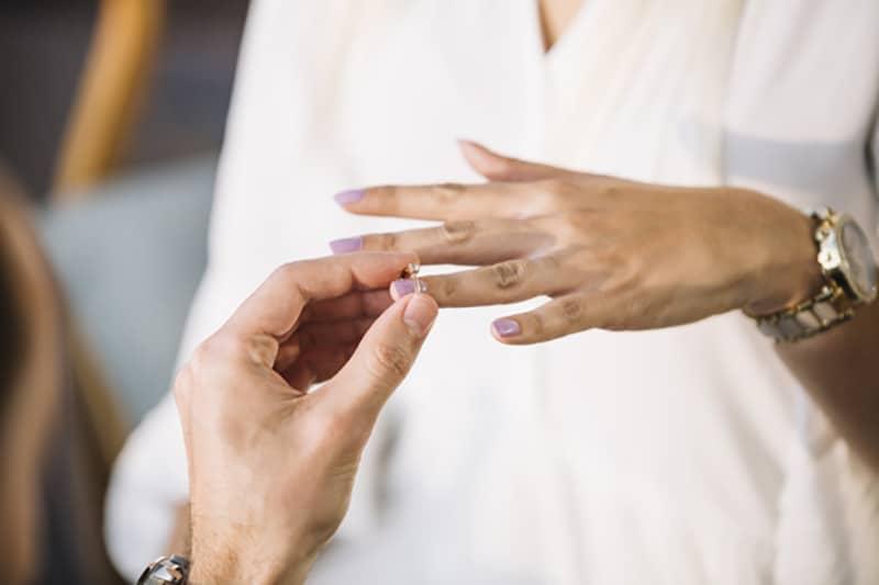 hombre poniendo anillo de boda